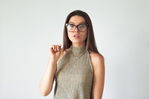 A garota surpresa espia o quadro com óculos.