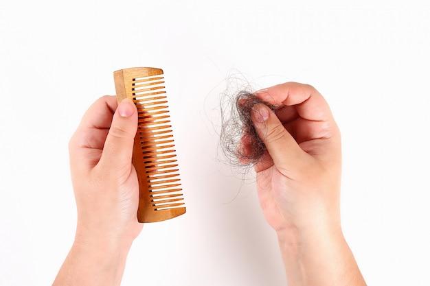 A garota tem um pente e cabelo perdido