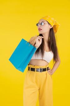 A garota tem uma sacola de compras de moda e beleza
