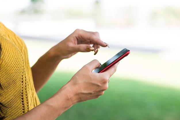 A garota usando um smartphone. fechar-se. conceito autônomo.