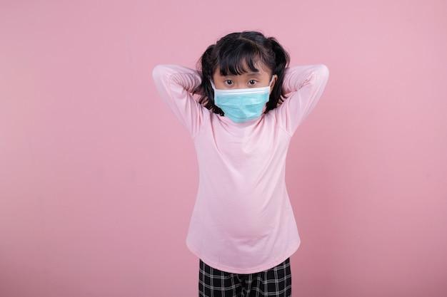 A garota usando uma máscara médica