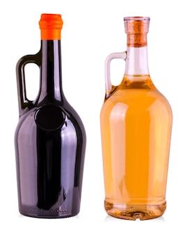 A garrafa com vinho isolada no fundo branco
