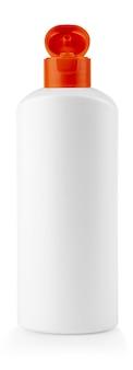 A garrafa de plástico branca com tampa vermelha com shampoo no fundo branco