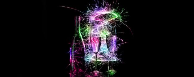 A garrafa e duas taças altas de champanhe