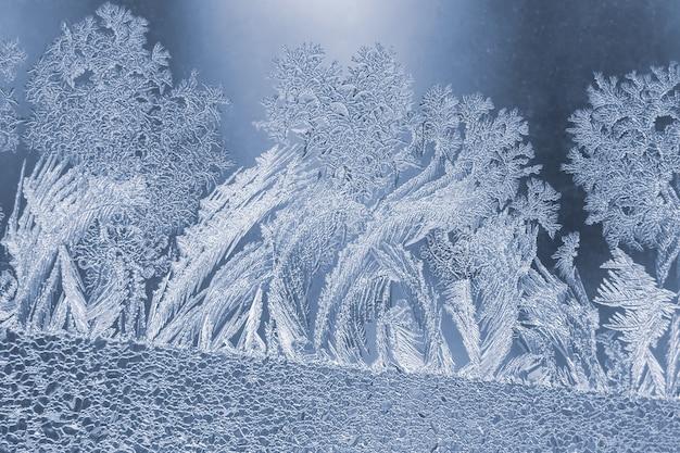 A geada incomum em uma janela de inverno. fundo natural e textura