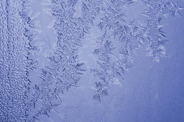 A geada incomum em uma janela de inverno