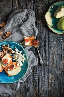 A geléia de frutas naturais na mesa de madeira