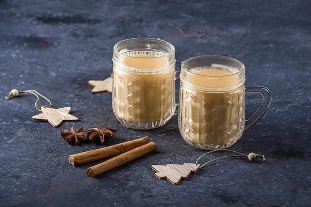A gemada tradicional americana e kanadiana para beber em copos de cristal com canela ou noz-moscada.