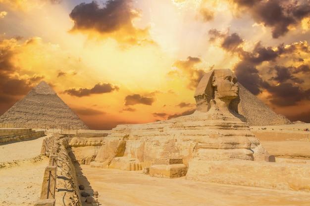 A grande esfinge de gizé e ao fundo as pirâmides de gizé