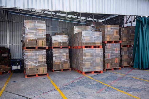 A grande nova pilha de resíduos de papel antes de embalar na fábrica de óleo de motor.