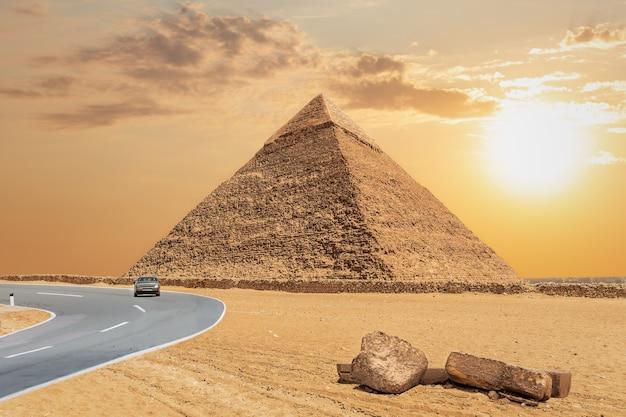 A grande pirâmide de khafre e a estrada, gizé, egito.