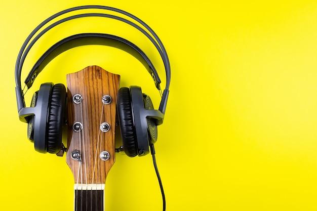 A guitarra nos fones de ouvido