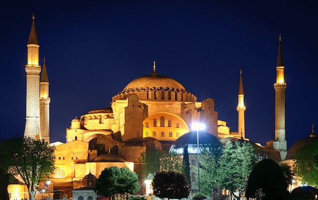 A hagia sophia à noite em istambul, turquia