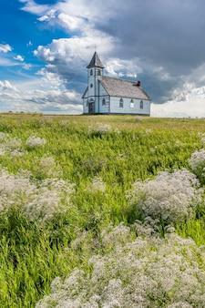 A histórica, mas abandonada igreja luterana da paz em stonehenge, sk, com a respiração de bebês em primeiro plano