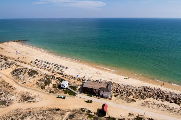 A ideia da paisagem bonita da ilha de farol localizou no algarve, portugal.