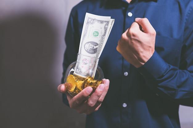 A idéia de empresários segurando dinheiro, obtendo lucros, economizando dinheiro.