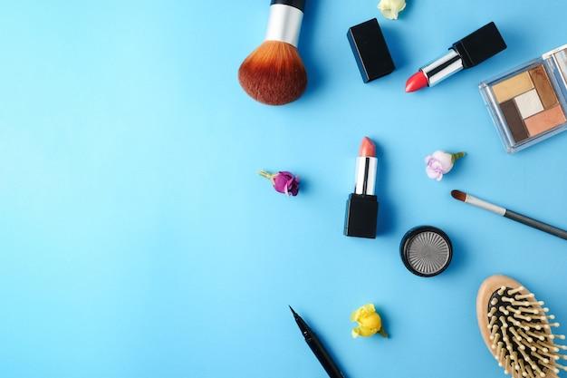 A ideia superior dos cosméticos ajustou-se para a composição em um fundo azul.