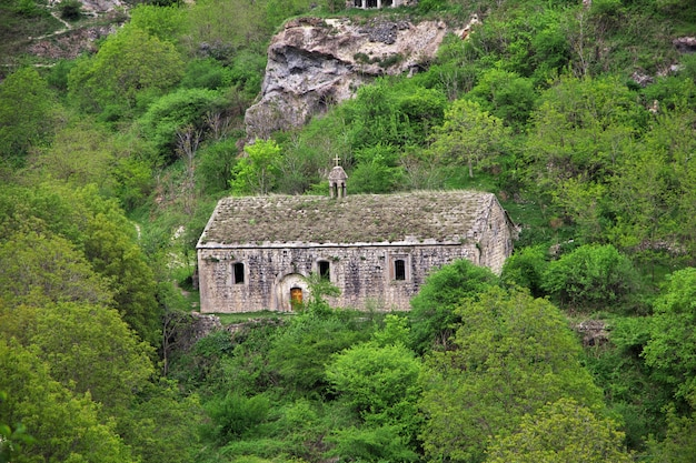 A igreja antiga nas montanhas do cáucaso, armênia