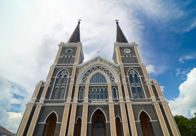 A igreja cristã com céu azul