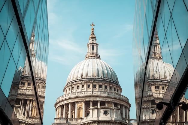 A igreja da catedral de são paulo foi refletida nas paredes de vidro de uma nova mudança em londres.