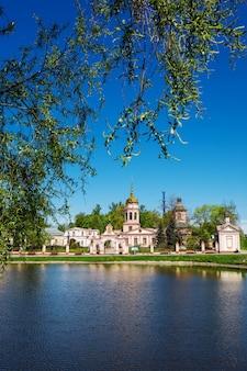 A igreja da exaltação da cruz do senhor em altufyevo moscow vista da rússia na entrada principal