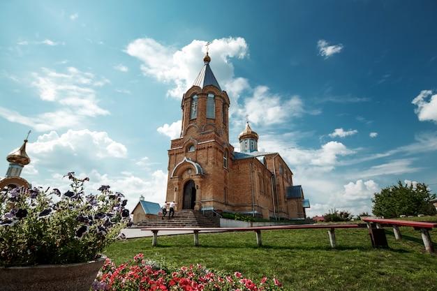 A igreja da vila.