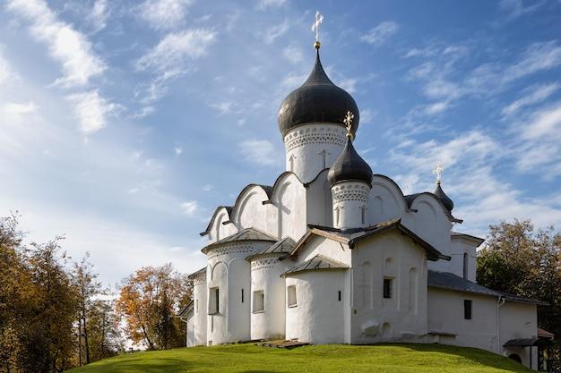 A igreja de basílio na colina do século 15 pskov rússia