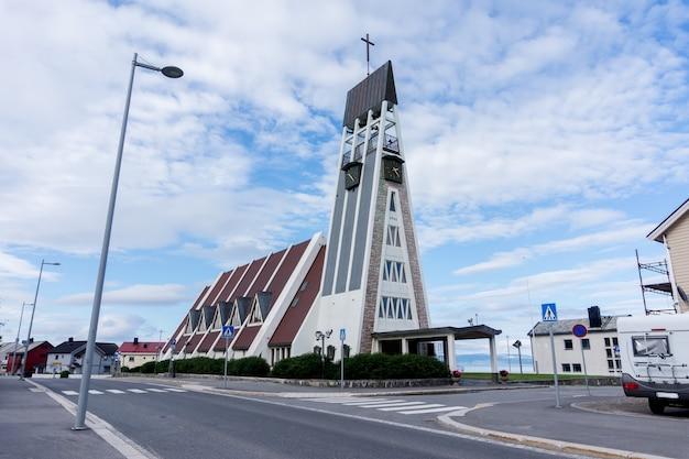 A igreja de hammerfest é a principal igreja paroquial do município de hammerfest no condado de finnmark, noruega