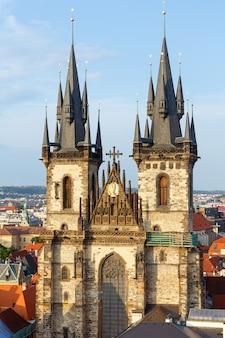 A igreja de nossa senhora antes de tyn, da praça da cidade velha (stare mesto, praga, república tcheca, construída no século 15). edifício concluído em 1511y.