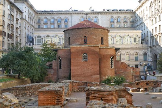 A igreja de san giorgio é uma igreja circular do início da era cristã construída em serdica, o antigo nome de sofia