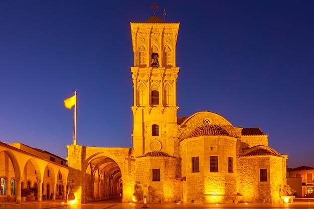 A igreja de são lázaro (agios lazaros) à noite, larnaca, chipre