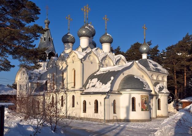A igreja de são nicolau em yeltsovka inferior, com cruzes douradas em estilo russo