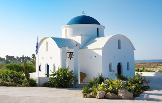 A igreja denominacional multi de são nicolau em um close da costa em paphos, chipre