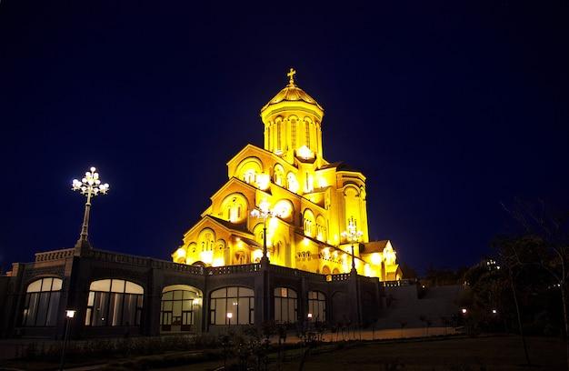 A igreja em tbilisi, geórgia à noite