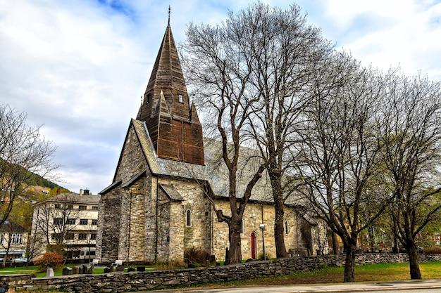 A igreja medieval de pedra com telhado de madeira