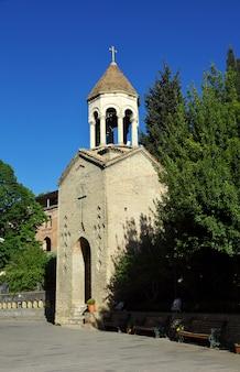 A igreja na cidade de tbilisi, geórgia