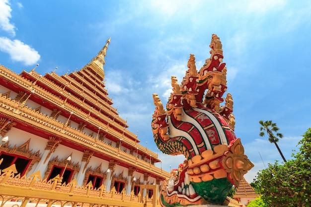 A igreja tem uma bela cor dourada no templo de phra mahathat ou wat nong wang. khon kaen, tailândia