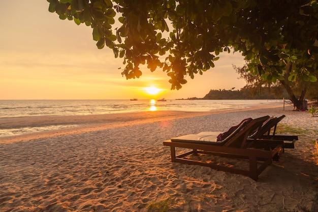 A ilha de chang é popular entre os turistas estrangeiros por causa do lindo mar.
