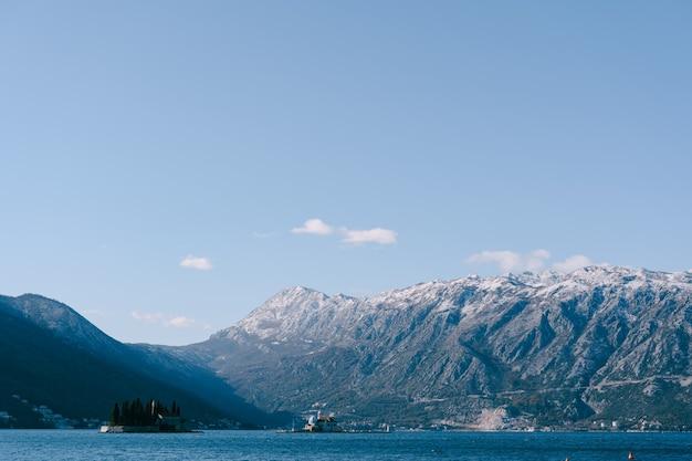 A ilha de são jorge e a ilha de gospa od skrpela na baía de kotor perto de perast montenegro