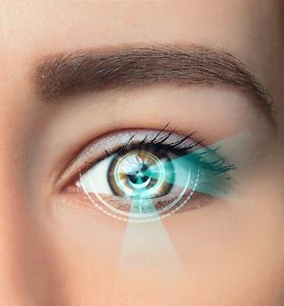 A imagem conceitual do olho digital ou identificação de uma jovem