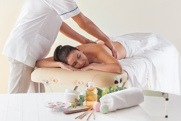 A imagem da mulher bonita no salão de massagem