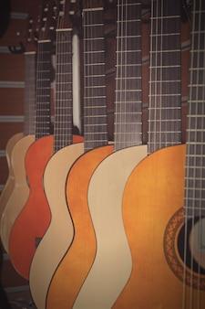 A imagem das guitarras na vitrine de uma loja musical