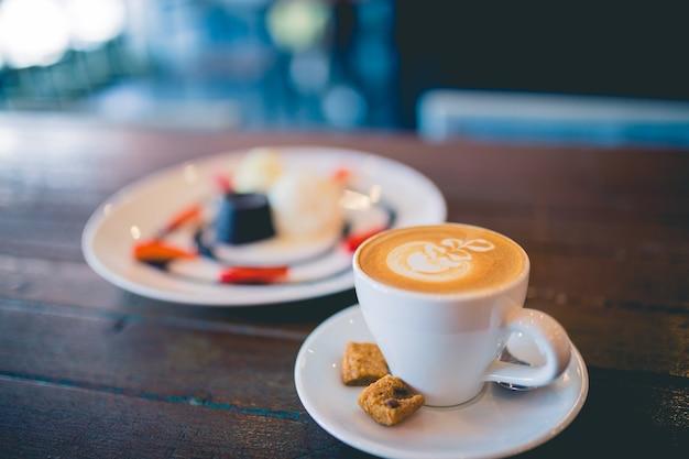 A imagem de um bolo de chocolate quente com café com leite quente