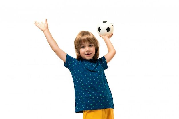 A imagem de um menino caucasiano adolescente prende uma bola de futebol em uma mão isolada no fundo branco