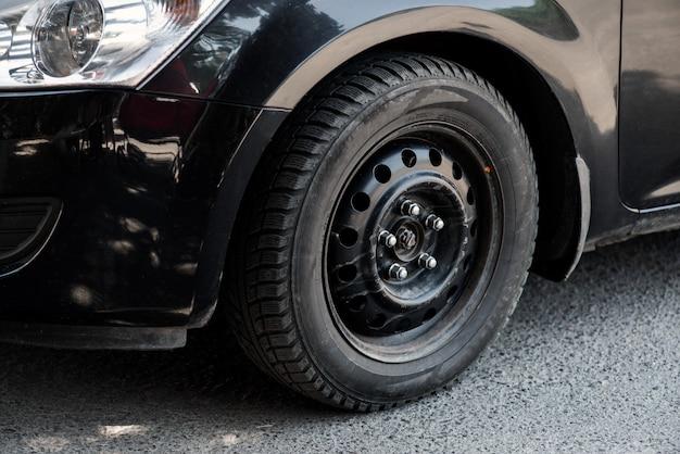 A imagem na frente da roda do carro preto
