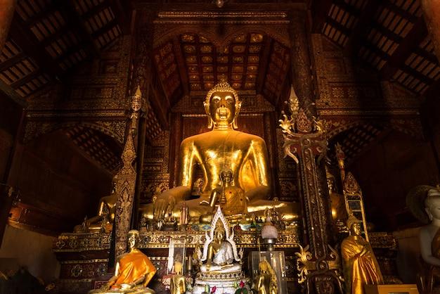 A imagem principal de buddha, imagem principal de buddha em wat phra that lampang luang na província de lampang, tailândia.