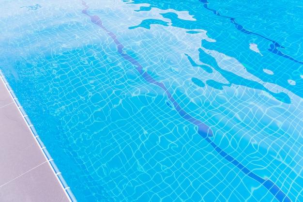 A imagem subaquática da piscina do resort