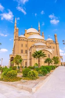 A impressionante mesquita de alabastro na cidade do cairo, na capital egípcia. áfrica, foto vertical