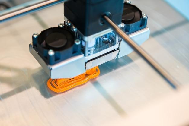 A impressora 3d tridimensional automática realiza a criação do produto.