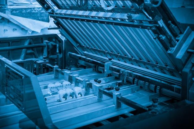 A impressora offset no processo de produção está na fábrica de impressão